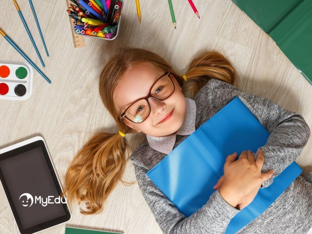 come motivare i figli allo studio bimba da sola in pausa