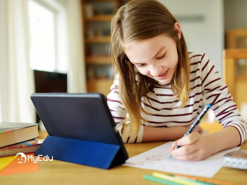 come motivare i figli allo studio ragazza che studia